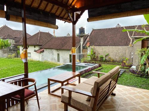 المسبح في Pondok Seken Wooden Villa أو بالجوار