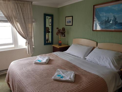 A bed or beds in a room at Alston House Hotel