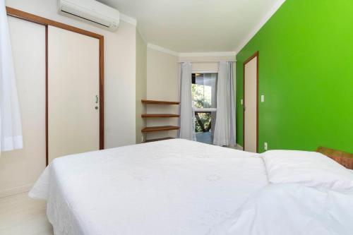 A bed or beds in a room at Casa Cedro - Piscina - Canto Grande - Bombinhas - SC