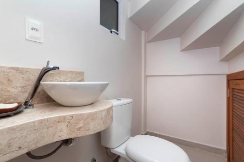 A bathroom at Casa Cedro - Piscina - Canto Grande - Bombinhas - SC