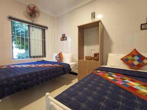 Giường trong phòng chung tại Happy Town Hoi An