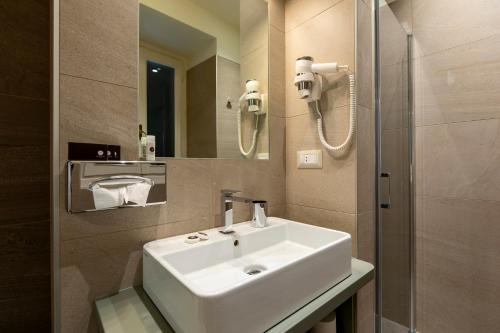 A bathroom at Hotel Villa Cipressi, by R Collection Hotels