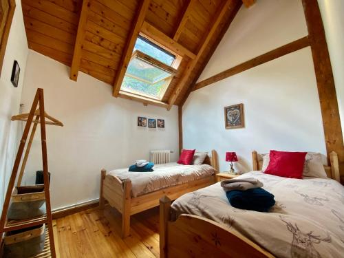 A bed or beds in a room at Ecrins Lodge