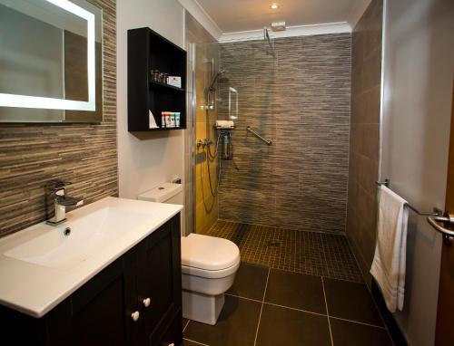 A bathroom at Creacon Wellness Retreat