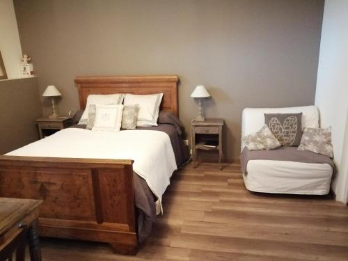 A bed or beds in a room at Chambre d'hôtes La Ruzardière