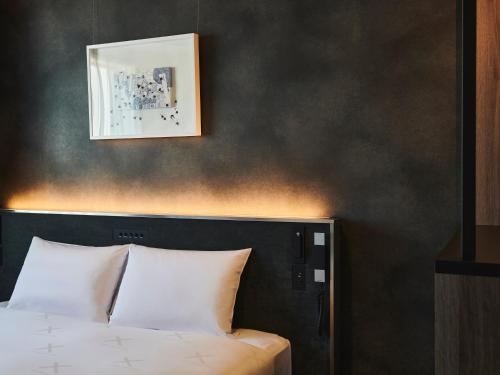 Tempat tidur dalam kamar di Cross Hotel Sapporo