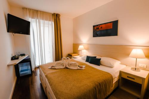 A bed or beds in a room at Hotel Borovnik
