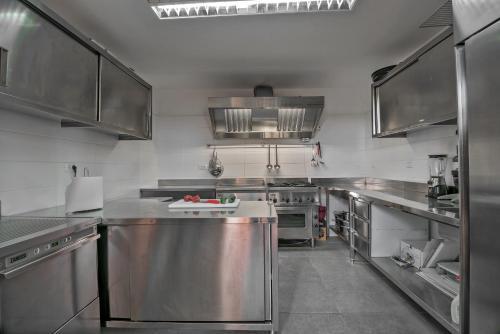 A kitchen or kitchenette at Hotel Villa Rosmarinus