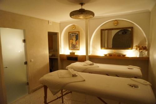 A bed or beds in a room at Riad le Clos des Arts
