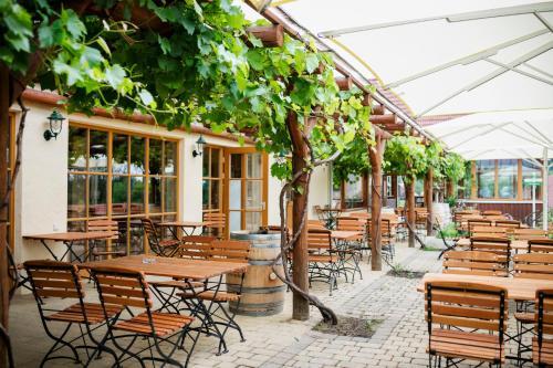 Ein Restaurant oder anderes Speiselokal in der Unterkunft JUFA Hotel Tieschen - Bio Landerlebnis