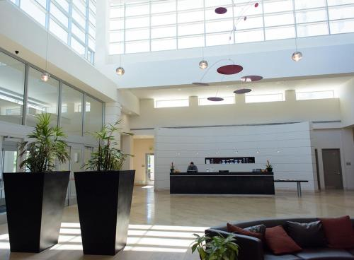 The lobby or reception area at Embassy Suites Ontario - Airport