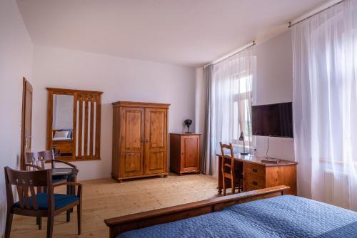 Televízia a/alebo spoločenská miestnosť v ubytovaní Penzion U Madony