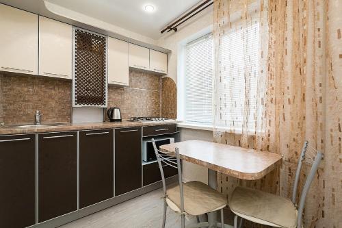 Кухня или мини-кухня в Apartment na Chkalova 53A