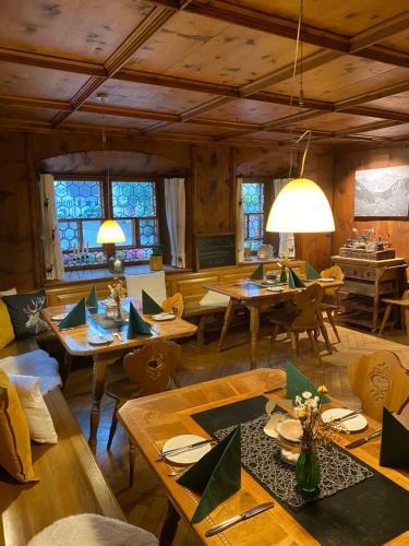 Ein Restaurant oder anderes Speiselokal in der Unterkunft Gasthaus Rössle