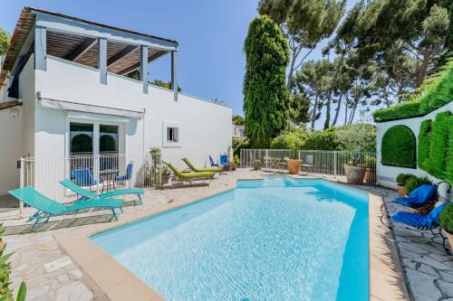 The swimming pool at or near Le Patio des Mimosas par Dodo-a-Cassis
