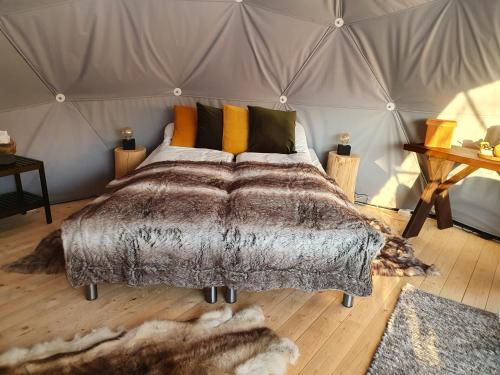 En eller flere senger på et rom på Gargia Lodge