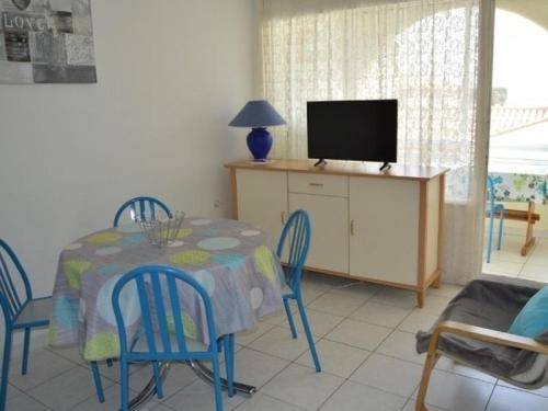A television and/or entertainment center at Rental Apartment Les Terrasses Du Port