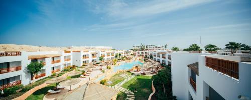 منظر المسبح في Domina Elisir Thalasso & Spa او بالجوار