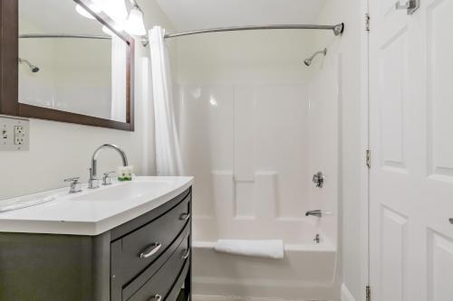A bathroom at Beach Cove Waterfront Inn