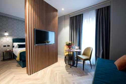A television and/or entertainment center at Duomo Hotel & Apartments