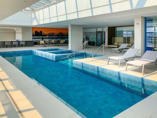 The swimming pool at or close to Mercure Itajaí Navegantes