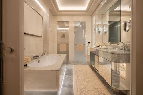 Ванная комната в Four Seasons Hotel George V Paris