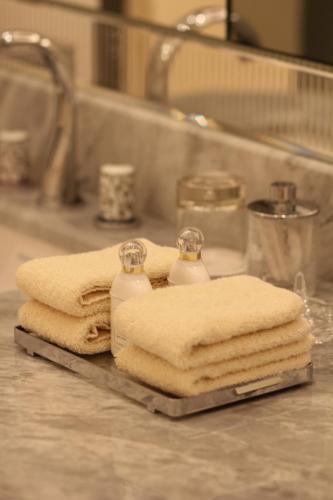 Een badkamer bij Four Seasons Hotel George V Paris