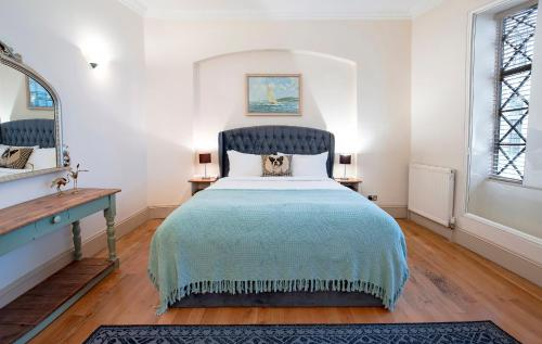 A bed or beds in a room at Trafalgar Square Apartments
