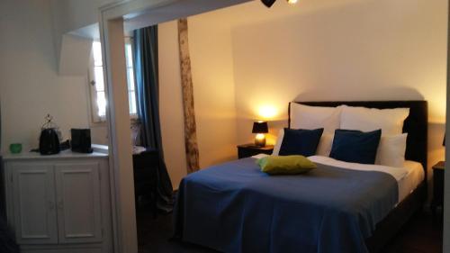 A bed or beds in a room at Manoir -1654- historisch schlafen in Monschaus Altstadt