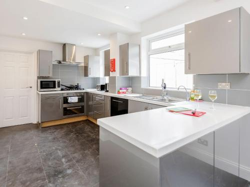 A kitchen or kitchenette at Alluring Holiday Home in Watford near Harry Potter Studio