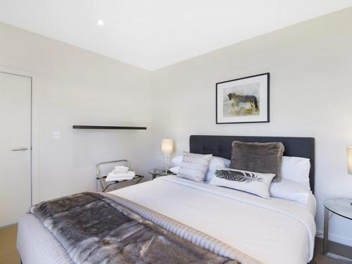 A bed or beds in a room at Arum 4, Heritage Park - contemporary & timeless