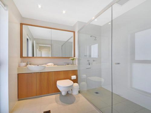 A bathroom at Arum 4, Heritage Park - contemporary & timeless