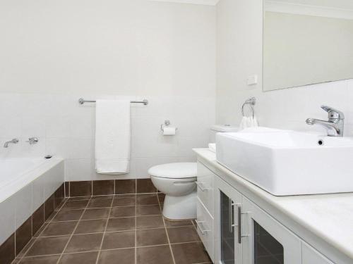 A bathroom at Hidden Gem On Manning - Great location opposite Surf Beach