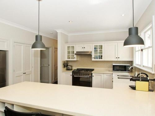 A kitchen or kitchenette at Romney - location, tennis, billiards, fireplace