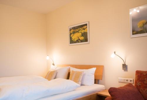 Ein Bett oder Betten in einem Zimmer der Unterkunft Landhotel-Gasthof Grüner Baum