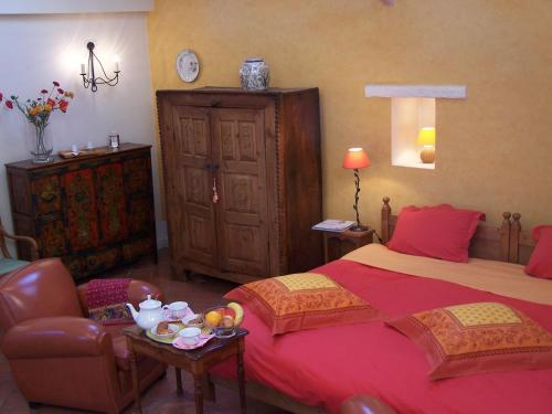 A bed or beds in a room at Le Clos d'Amys