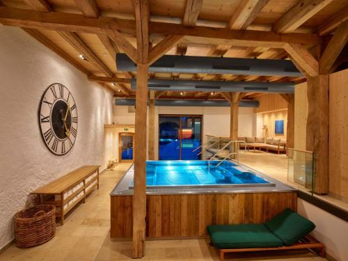 Der Swimmingpool an oder in der Nähe von Romantik Hotel Zum Klosterbräu