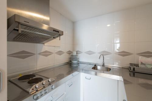 Een keuken of kitchenette bij Aparthotel Atenea Barcelona