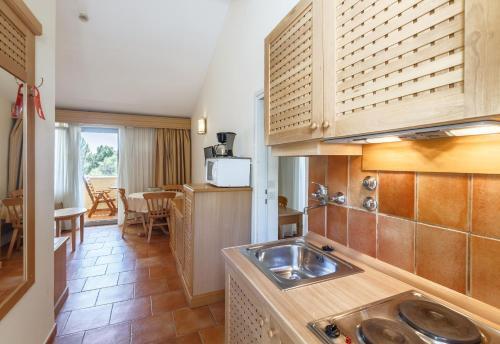 A kitchen or kitchenette at Apartments Bellevue Plava Laguna