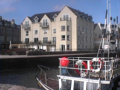 1 Quayside Court - 3 bedroomed ground floor apartment with sea views