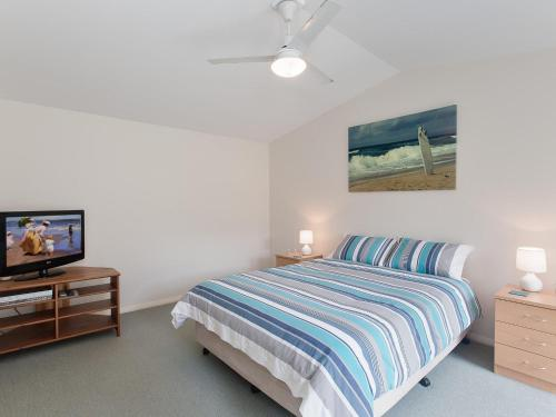 A bed or beds in a room at Happy Tails' , 55 Pantowora Street - pet friendly, air conditioned