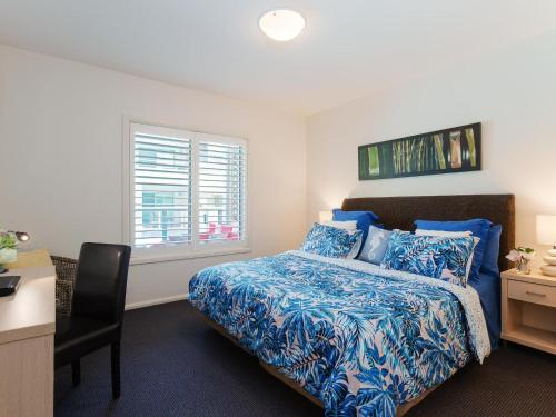 A bed or beds in a room at 142 Pacific Blue 265 Sandy Point Road with swim out unit with air con & Linen