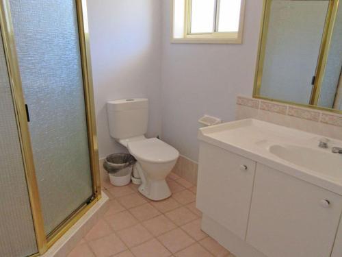 A bathroom at Salamander Way', 99a Salamander Way - fantastic duplex close to Horizons Golf Resort