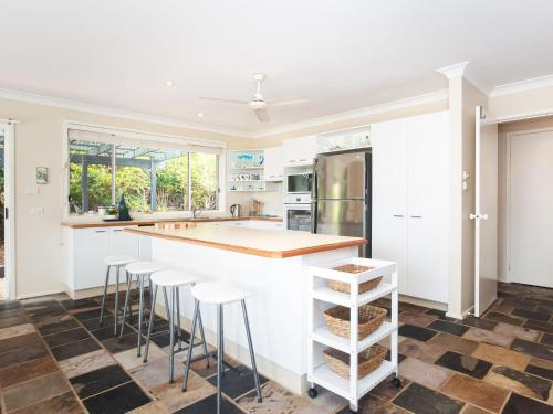 A kitchen or kitchenette at Serenity', 7 Mulloway Place - Peaceful house with air con Netflix & WIFI