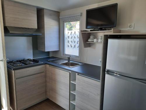 Een keuken of kitchenette bij Camping 1ª O Muiño - Bungalow Park