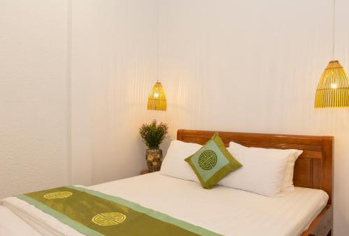 A bed or beds in a room at Purple Hue BnB
