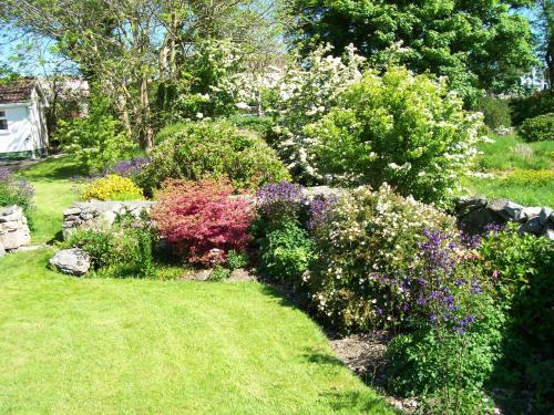 A garden outside An Caladh Gearr Thatch Cottage