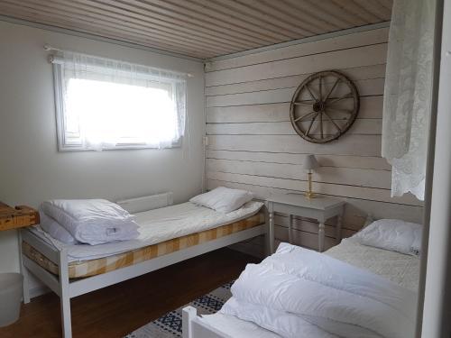 Säng eller sängar i ett rum på Brådtom Slusscafé & Stugor