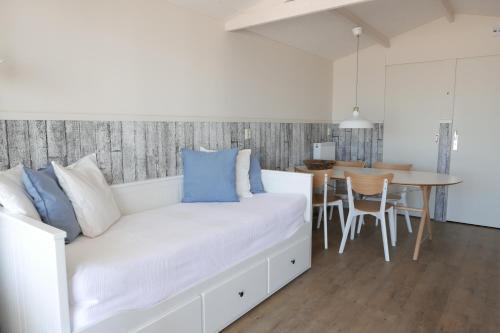 Ein Bett oder Betten in einem Zimmer der Unterkunft Aan Zee Slapen