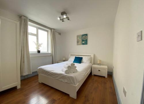 A bed or beds in a room at London Apartments Shoreditch